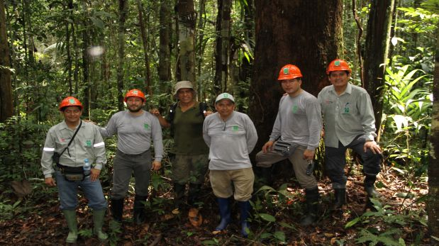 Navarro (second from left) during the field work he was doing with Osinfor against illegal logging (Photo: courtesy)