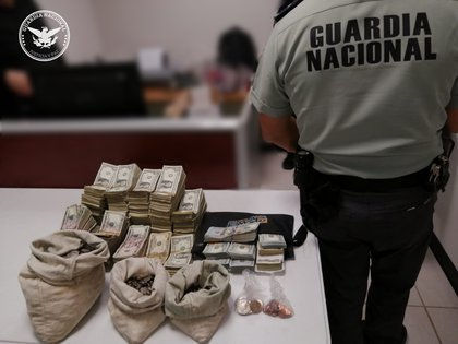 At the Córdova de las Américas International Bridge, in Chihuahua, the National Guard located two people with around USD 85,000 without checking their legal provenance (Photo: Twitter / GN_MEXICO_)